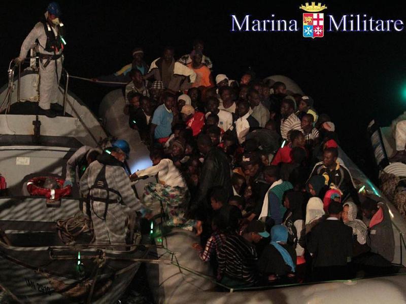 Palermo, arriva nave con 767 migranti e 10 bare $