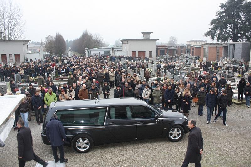 Ben noto Poviglio, in cinquecento ai funerali di Laura Ferrari - il Resto  SR64
