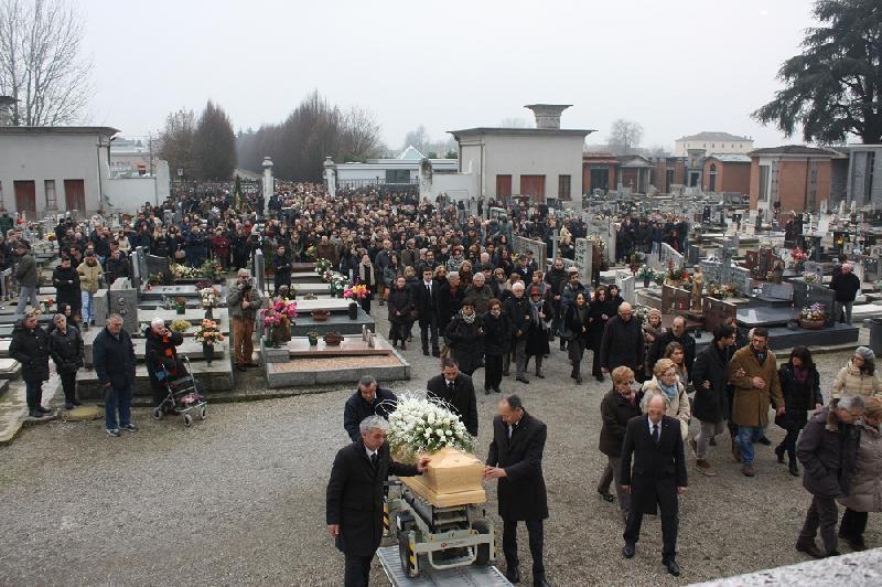 Popolare Poviglio, in cinquecento ai funerali di Laura Ferrari - il Resto  GL74