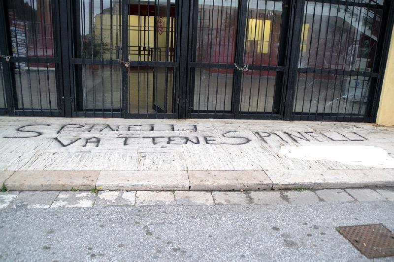 Livorno alta tensione in casa amaranto scritte contro - Scritte muri casa ...