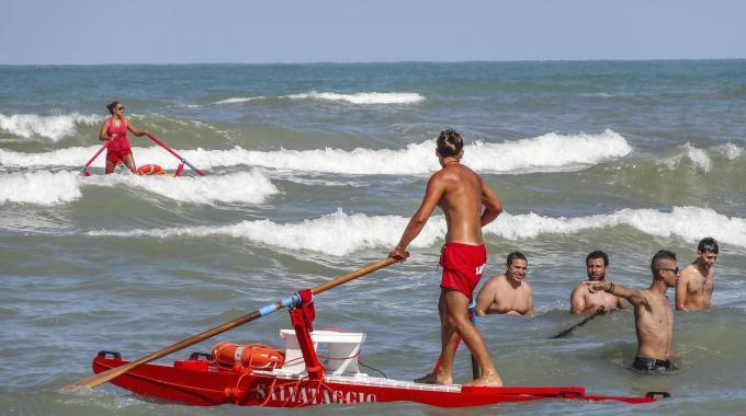 Lido di Dante: marito rischia di annegare, moglie si tuffa per soccorrerlo. Entrambi gravi