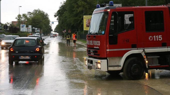 Maltempo, valanga d'acqua sulla città: allagati i sottopassi