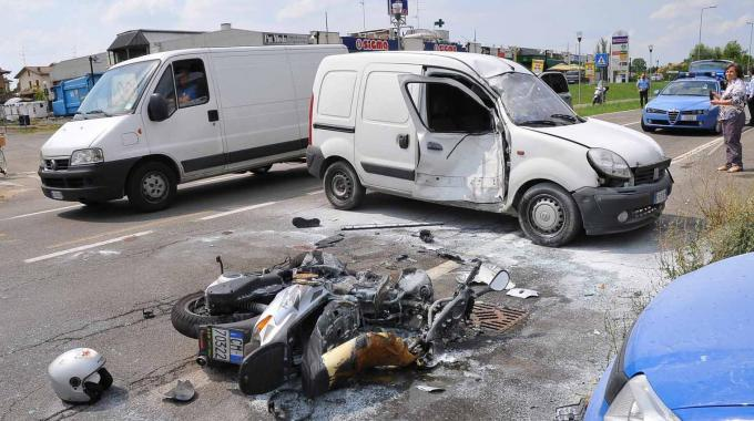 Si scontra con un furgone e la moto prende fuoco: gravissimo il centauro