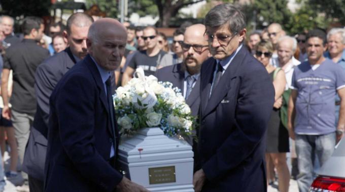 """Folla ai funerali del piccolo Gionatan: """"Ora è un angelo che vi protegge dall'alto"""""""
