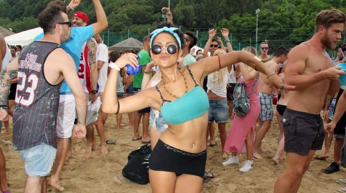 """""""Vodka beach festival"""", in 6mila ballano in spiaggia fino a notte. Il Cocoricò ha scelto Pesaro"""