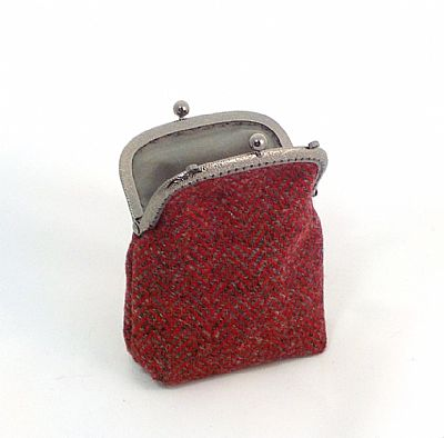 detail showing kiss clasp and lining of harris tweed purse by roses workshop