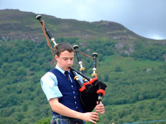 alasdair turner competing at newtonmore highland games,