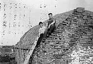 HPA257   Thatching, Allie Thomson and Jimmy Walls, Seaview, 1960's