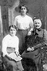 HPA617   Mary Cumming (servant at Scofferland), Miss Wilson, Miss Learmonth