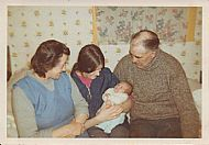 HPA757   Annie, Mary, Glenda (2 weeks), Billo Sinclair. Cliff 1972