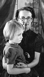 HPA809    Olive Sandison (nee King) & Meryl, 1945/6