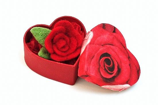 red rose needlefelted brooch handmade by roses felt workshop in heart-shaped gift box