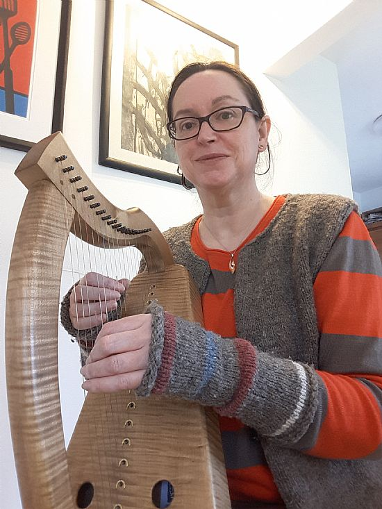 karen with 19 string kilcoy harp at ardival harps