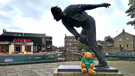 statue of fred truman, cricketer