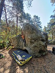 Richard bouldering at Bois Rond in Fontainebleau