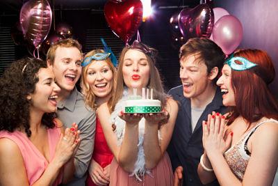 Grupo de amigos celebrando cumpleaños
