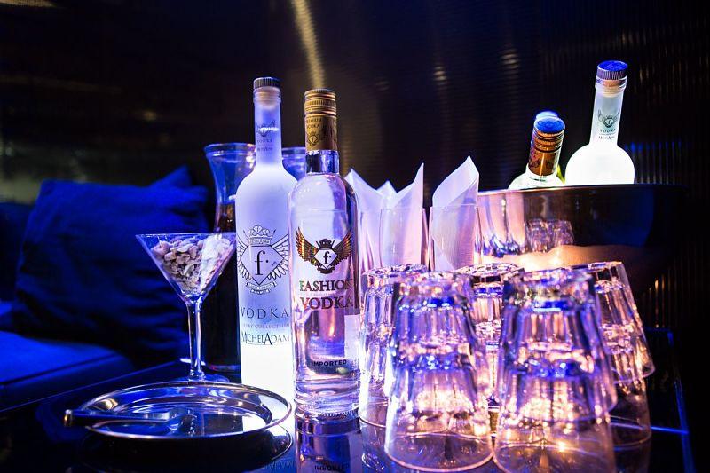 botella con refrescos en un reservado de la discoteca b12