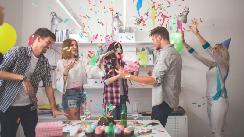 Persona que cumple años y sus amigos celebrando un cumpleaños sorpresa