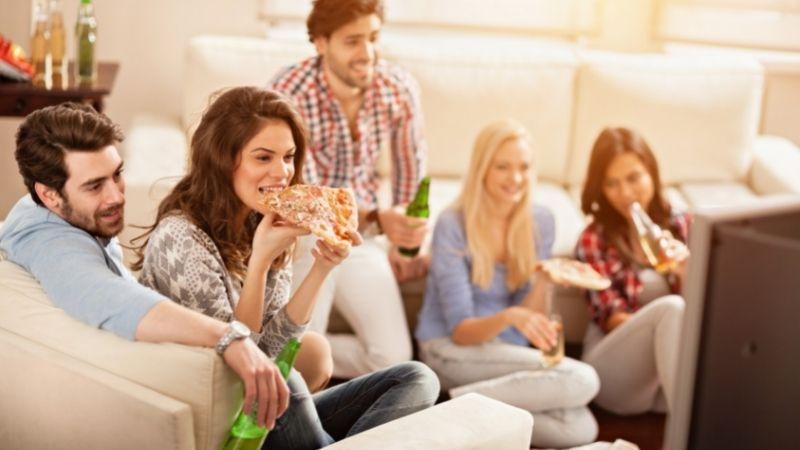 Varios amigos visualizan una película durante una fiesta de cumpleaños