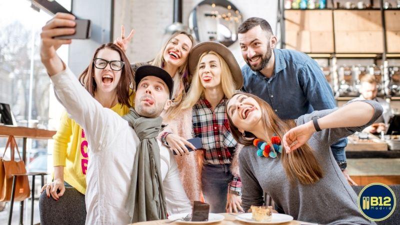 Grupo de personas que han sido invitadas a una fiesta