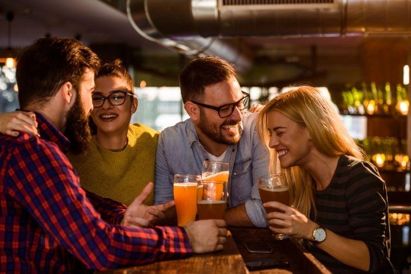 grupos de amigos divirtiéndose en el tardeo de Madrid