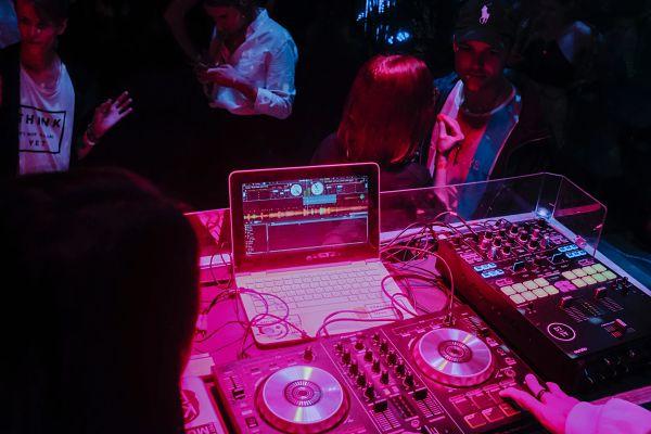 el dj pone musica durante la fiesta