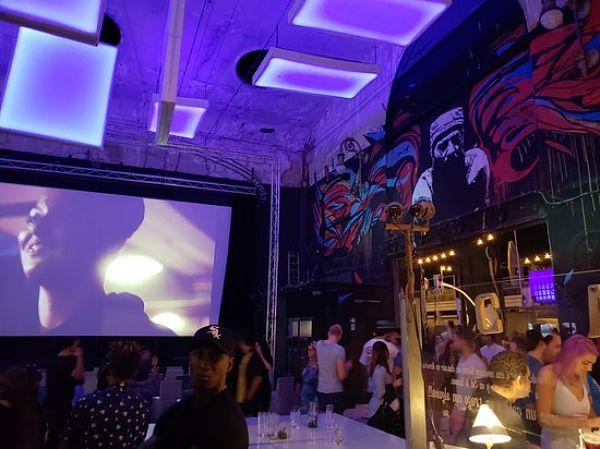 proyectar vídeo durante la fiesta