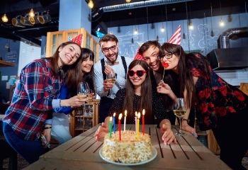 amigos celebran una fiesta de cumpleaños con bebida y comida