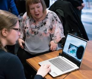 Tietokoneen näytöllä simuloidaan tilannetta miten henkilö, jolla on näköhäiriö, saattaa nähdä tietokoneen ruudun.