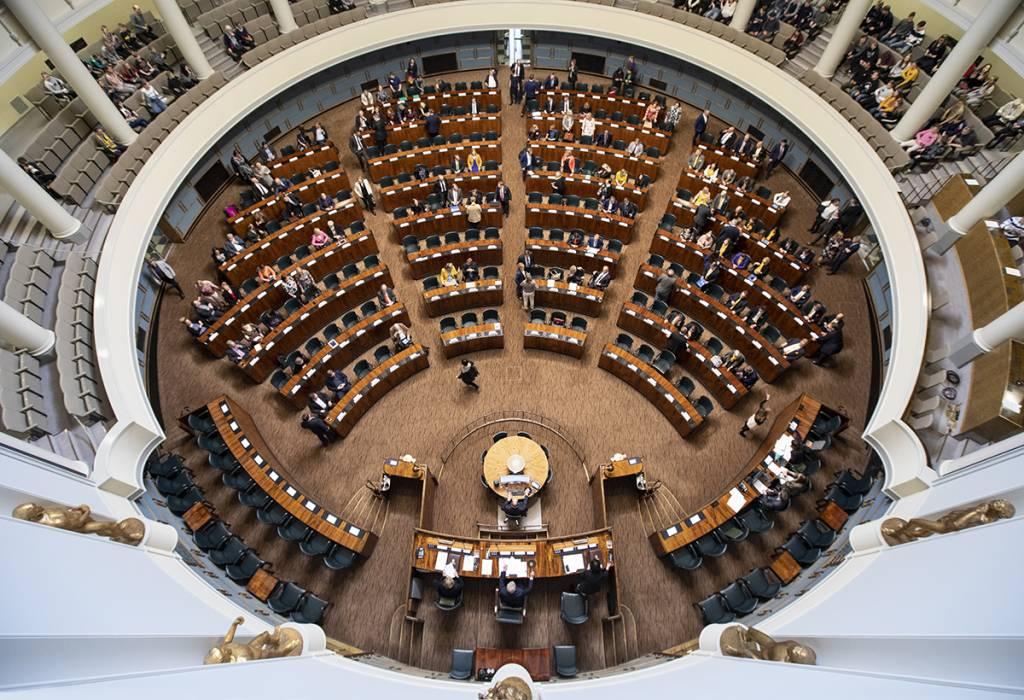 Eduskunnan täysistuntosali kuvattuna ylhäältä päin.