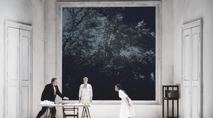 Français - À l'Opéra national du Rhin, le noir et blanc va si bien à Rusalka