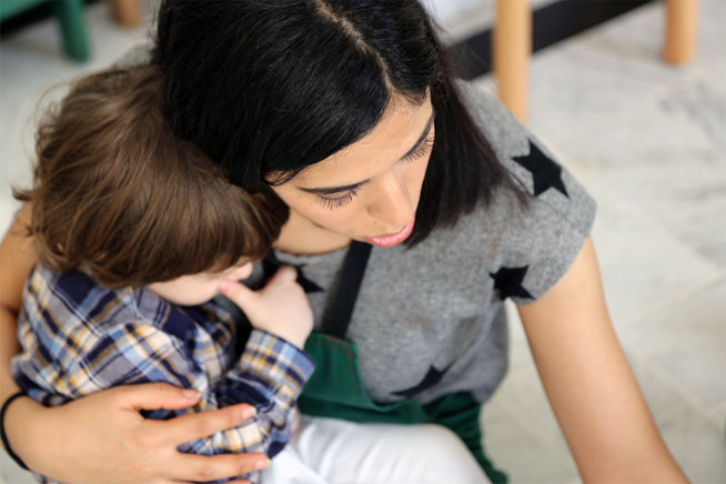 Petit garçon avec une assistante maternelle