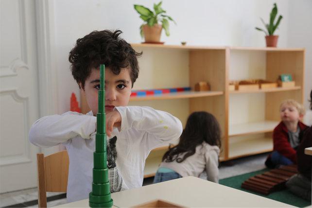 Petit garçon qui joue avec des blocs de construction