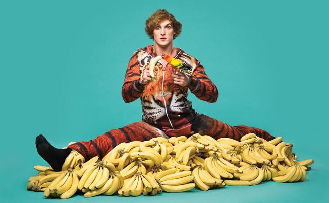 Le célèbre Logan Paul entouré de bananes, tenant un perroquet embrassant une banane. Des couleurs vives.