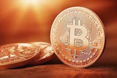 Cette illustration est un montage : les pièces de Bitcoin n'existent pas ! On va découvrir pourquoi