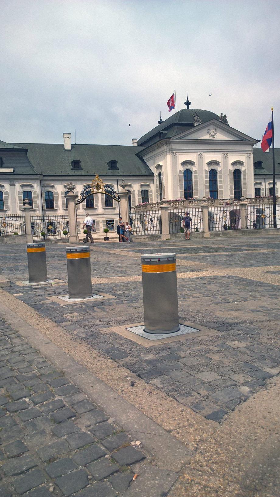 Instalace dopravních sloupů v Bratislavě