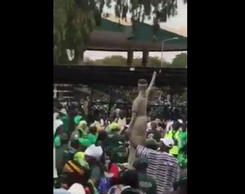 Vidéo : Les partisans de Yahya jammeh soutiennent leur leader et manifestent leur hostilité au Sénégal