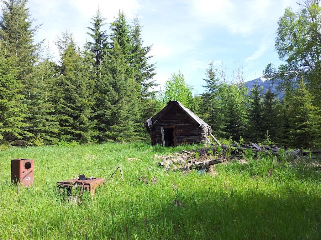Obydlí původního majitele lotu, vpravo dole v tom stínu mám stan
