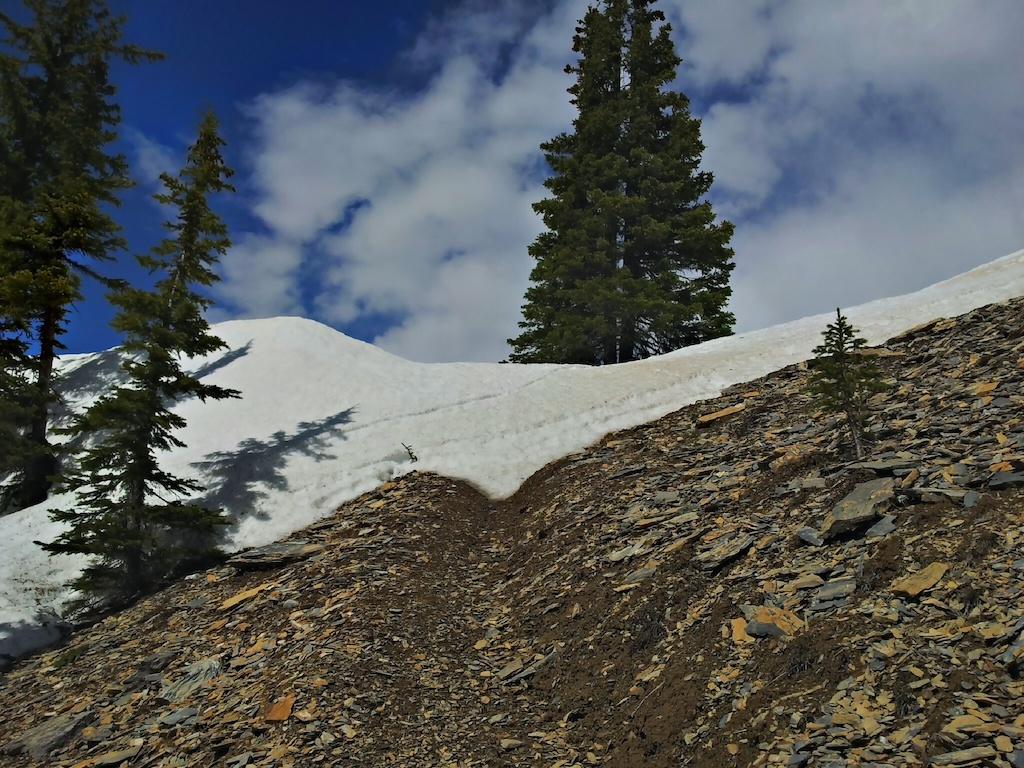 Vršek sedla - občasné plochy sněhu končí jednou souvislou