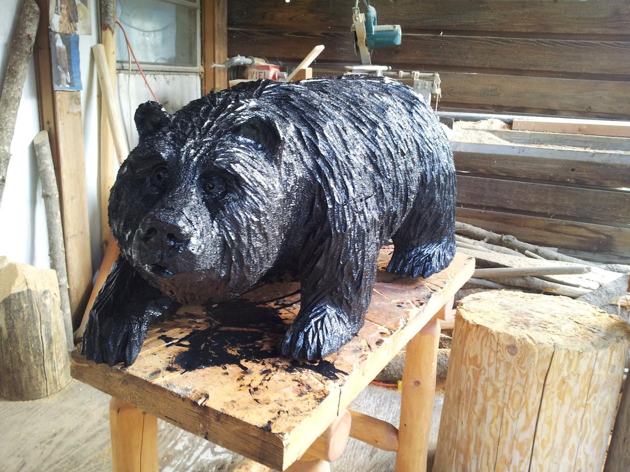 Jiný medvěd, dřevěný - u Briana doma