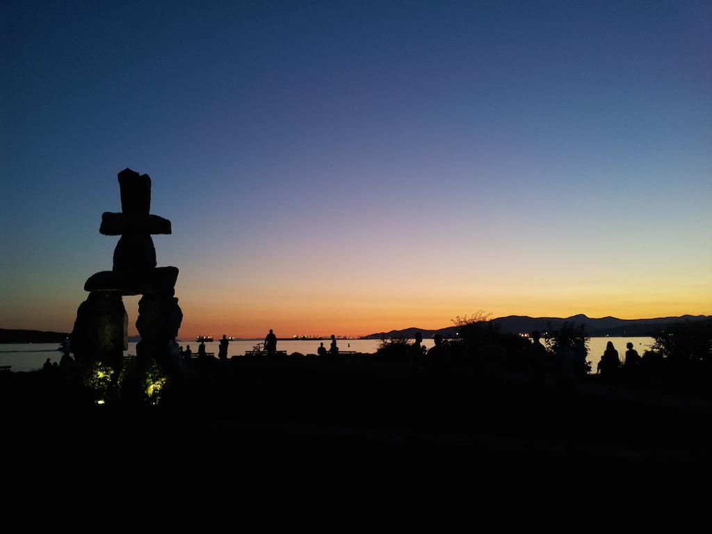Inukshuk při západu slunce, kouzelné