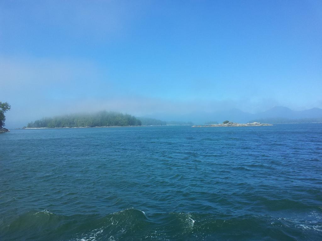 Ostrůvky a mlha na otevřeném oceánu