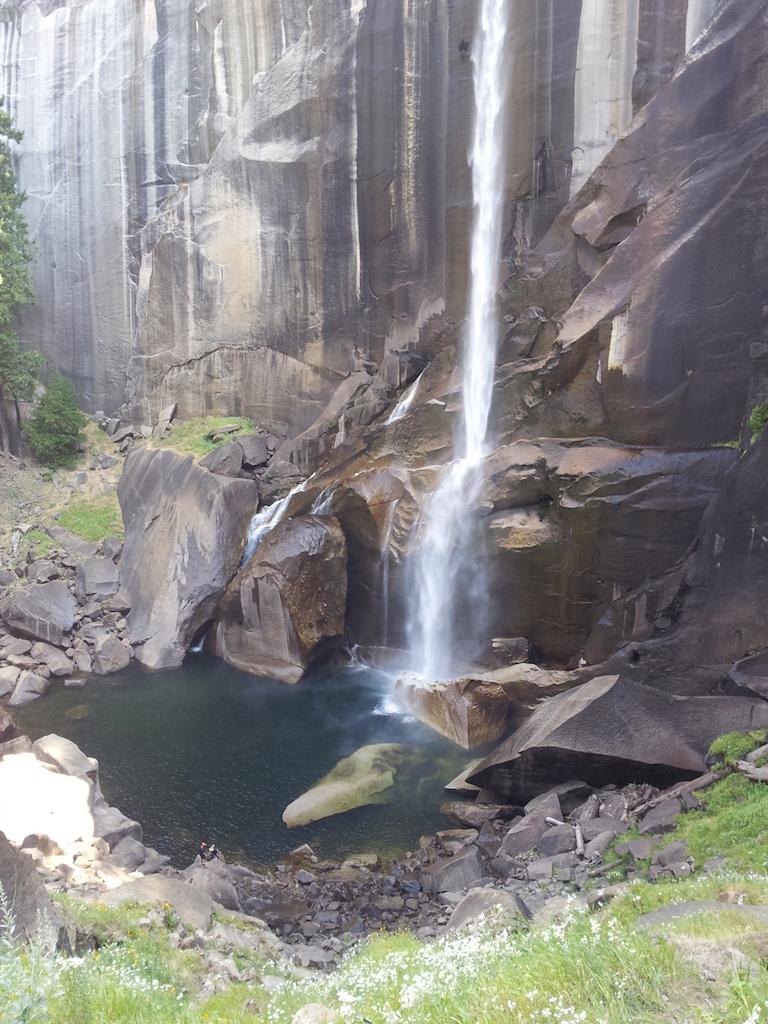 Spodní část Vernan falls - vidíte ty tři postavičky vlevo dole na šutru?