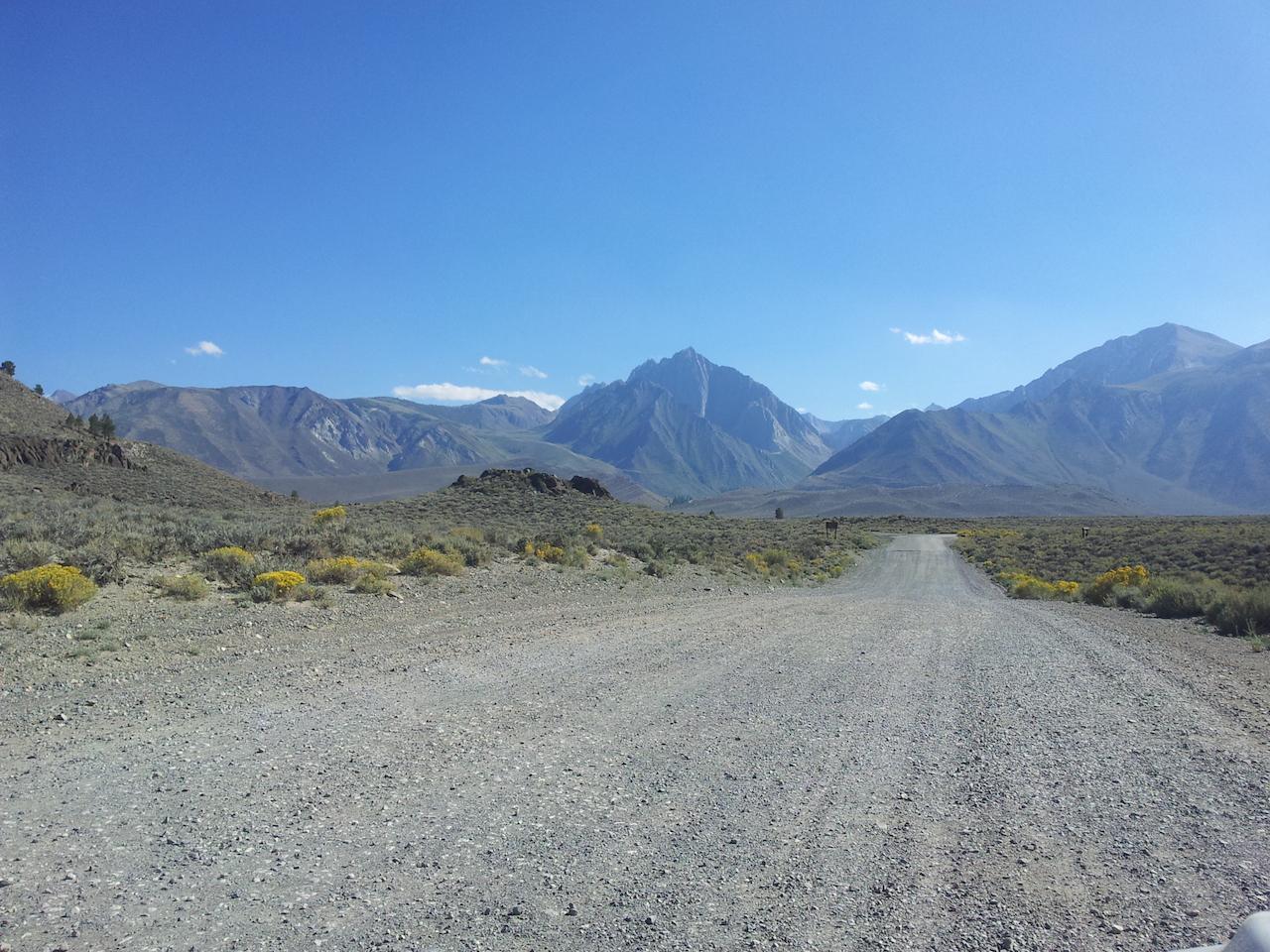 Silnice v poušti - na obzoru Sierras