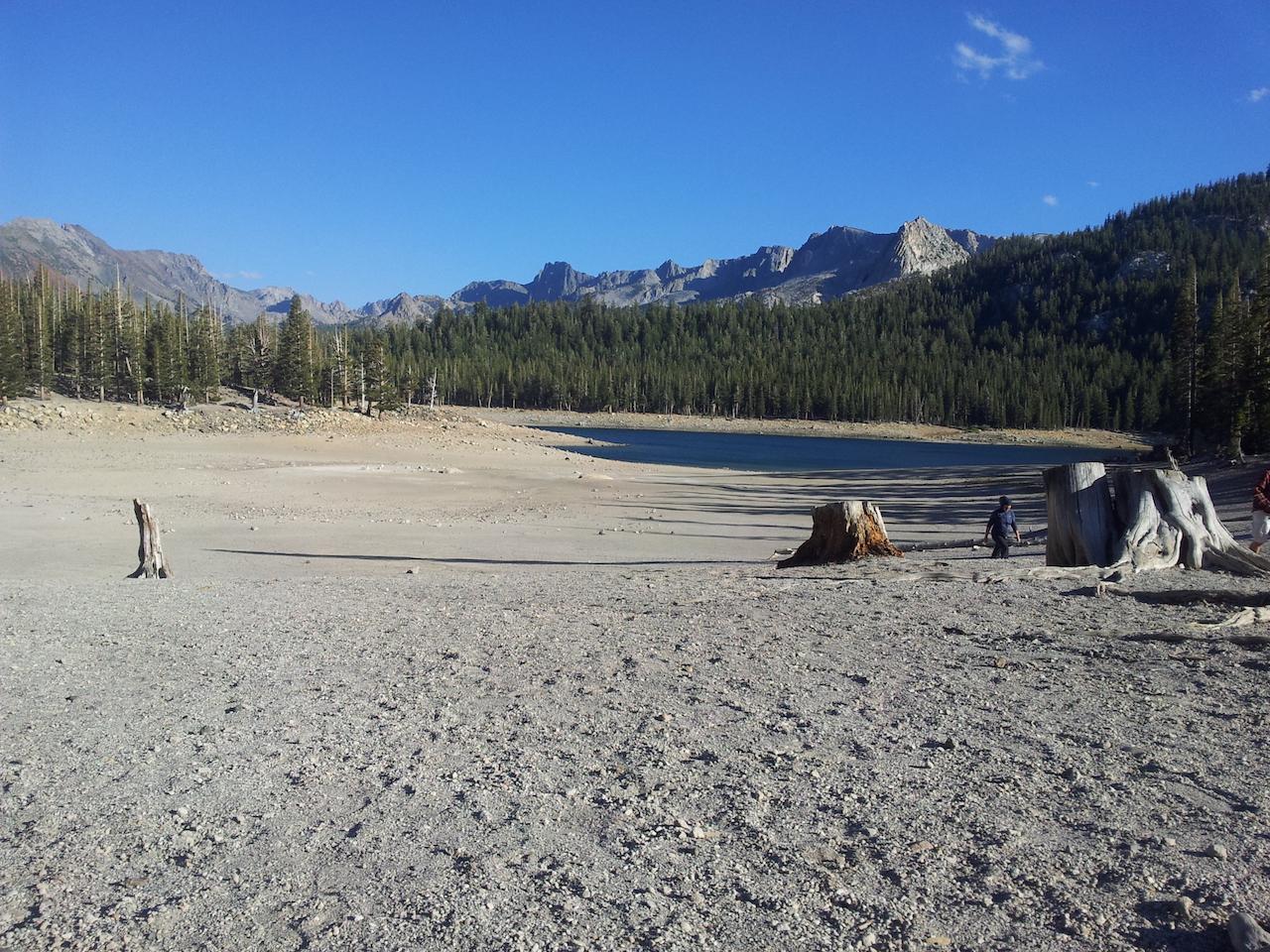 Horseshoe Lake, za hřebenem se skrývá John Muir wilderness