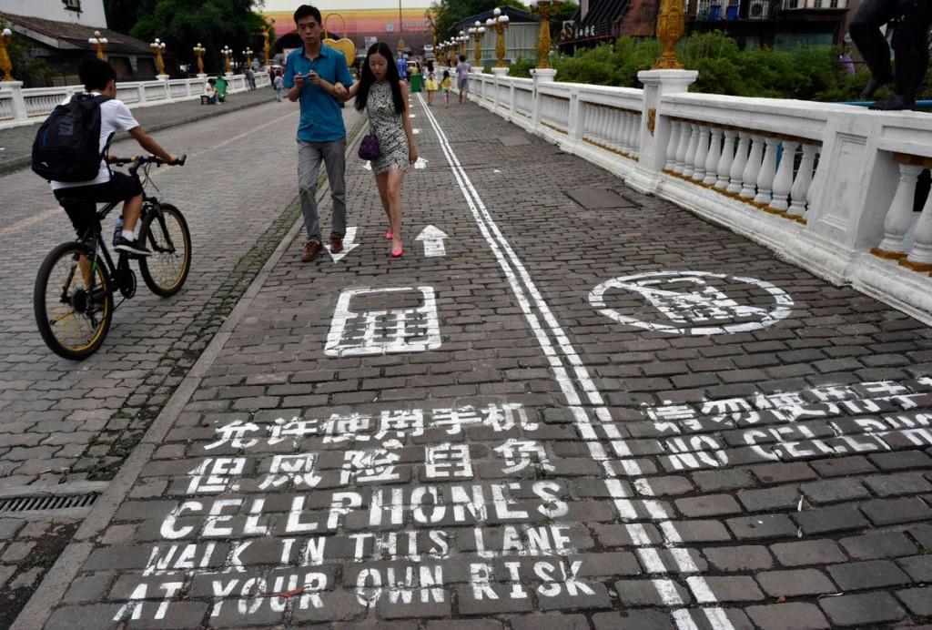 """En Chine, on trouve des trottoirs séparés en deux pour que les utilisateurs de smartphone ne se cognent pas sur les """"non-connectés"""""""