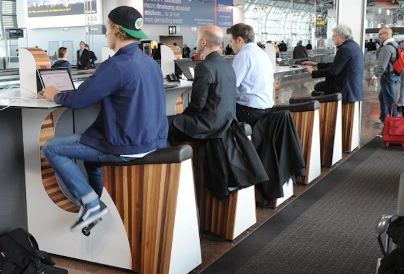 La SNCF propose de faire du vélo pour recharger la batterie de son smartphone en attendant le train.