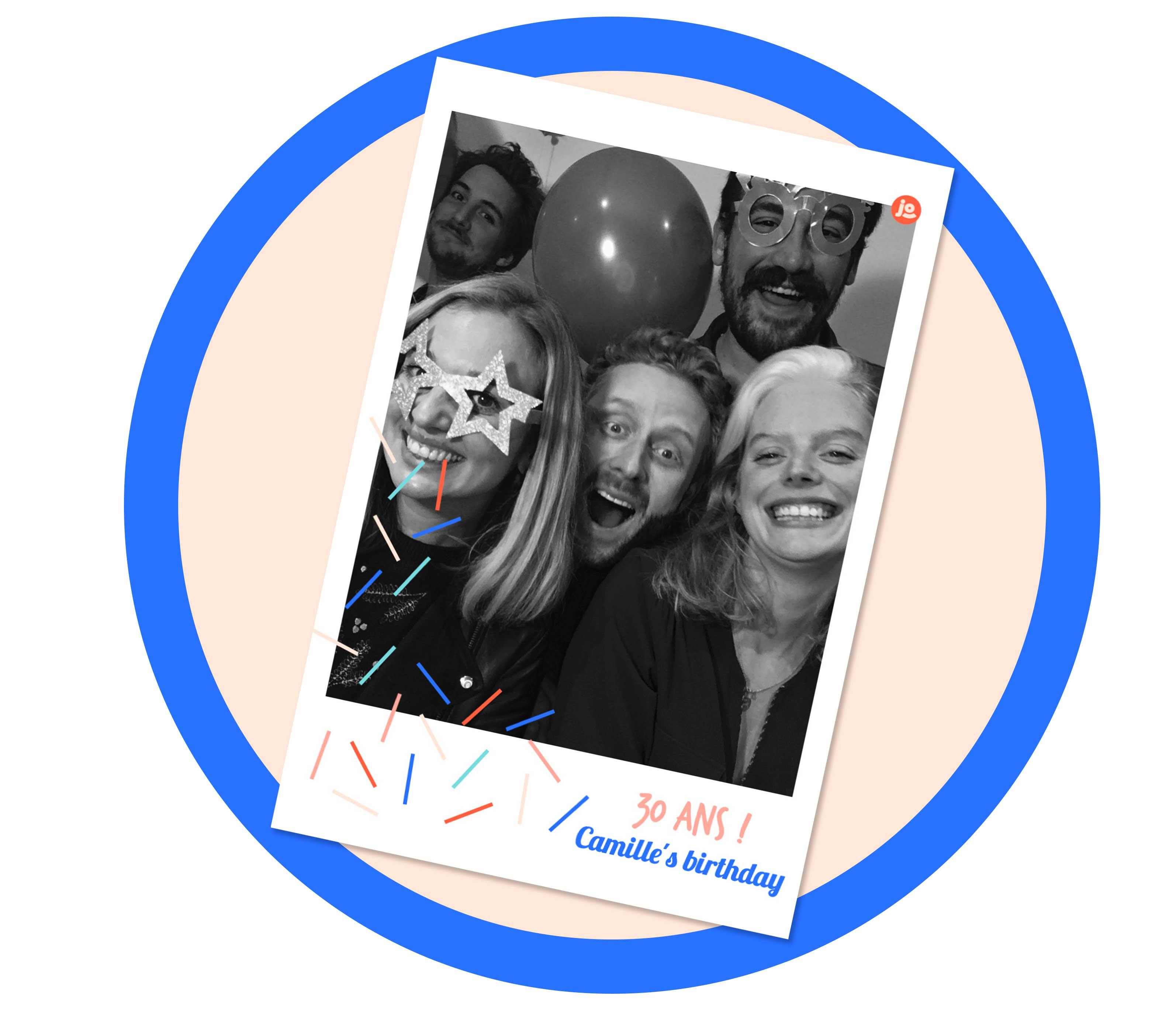 Une photo personnalisée prise par le photobooth / borne photo Josepho en noir et blanc montre un groupe d'ami en train de s'amuser à un anniversaire.