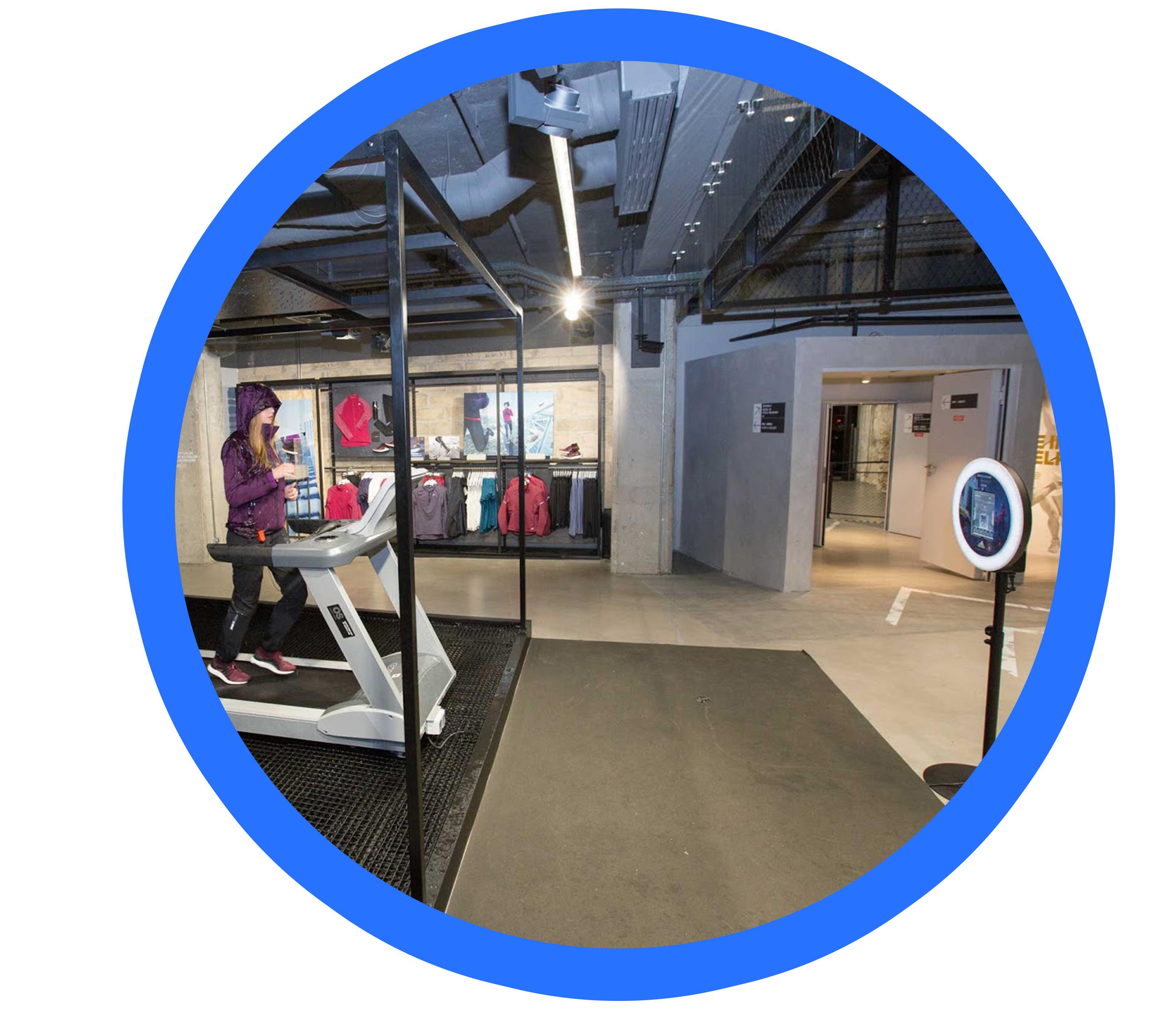 Le photobooth, borne photo Josepho anime un lancement de produit pour Adidas. Une femme en habits de sport court sur un tapis de course pendant que le photobooth la prend en GIF