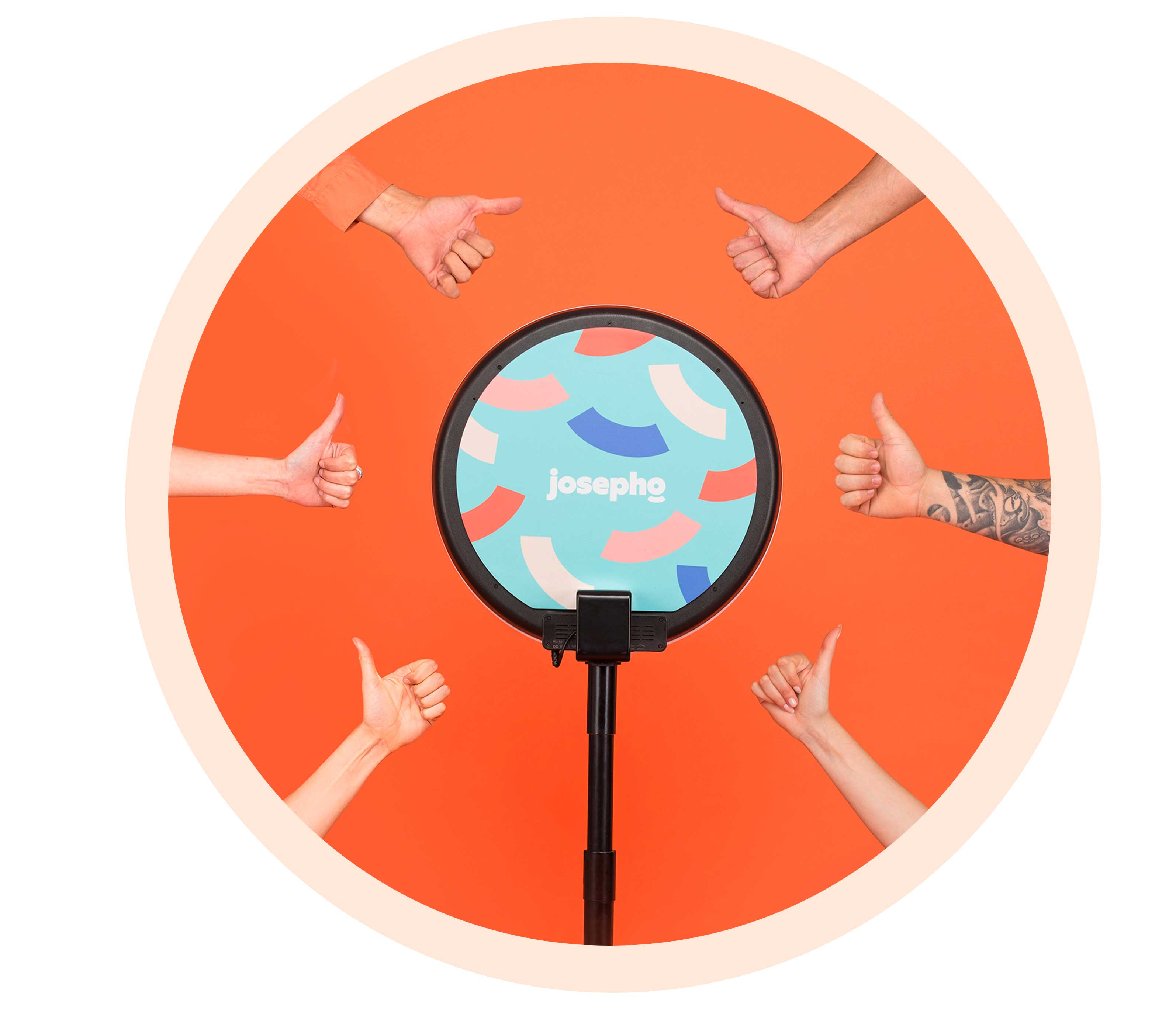 Six mains avec le pouce levé sont positionnées autour du photobooth josepho.